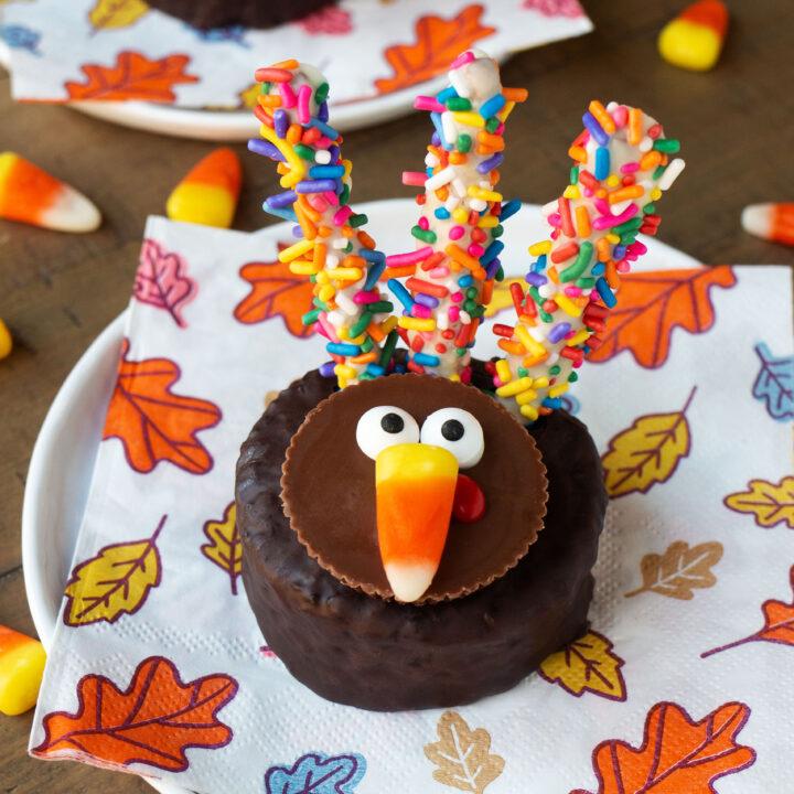 No Bake Thanksgiving Turkey Cakes With Pretzel Stick Feathers